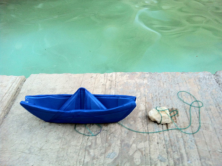 סירת סול קטנה מתכוננת להפלגה