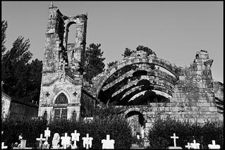 Afbeelding van Ruinas de Santa Mariña Dozo. santa bw españa white black blanco church cemetery spain ruins cementerio negro iglesia bn galicia galiza ruinas pontevedra mariña rias bajas cambados dozo baixas