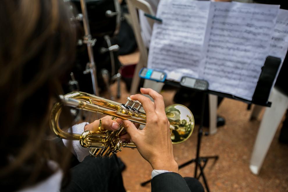 Un trompetista lee su partitura durante el megaconcierto realizado el 15 de julio.  (Tetsu Espósito)