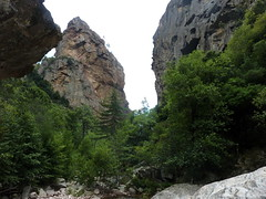La brèche du Carciara depuis la grande vasque en amont : fin de l'ancien chemin