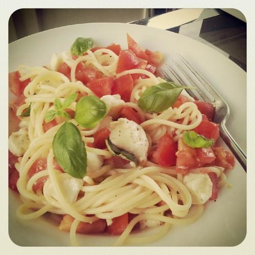 mozzarella tomato spaghetti
