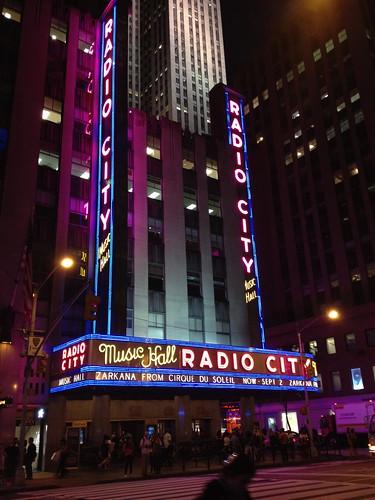 昔の近未来っぽい、RADIO CITY Music Hallのネオンサイン。