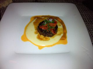 Rabo de toro con crema de patata y asadillo