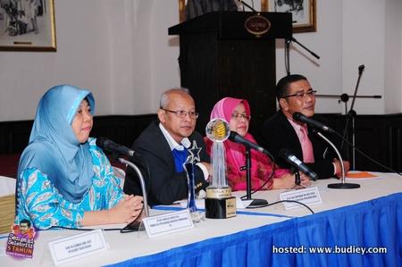 Dari Kiri- Norliza Ali, Haji Momamad Mat Husin,Sy Norehan Pengurus Radio Klasik dan Encik Sukri Penyelarasan Radio