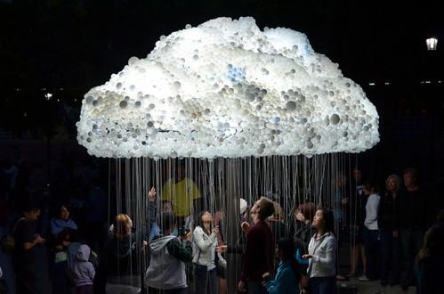 Cloud - интерактивная скульптура из 6000 сгоревших лампочек