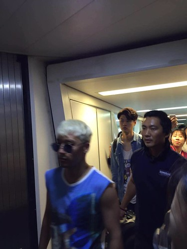Big Bang - Wuhan Airport - 27jun2015 - Fan - 03