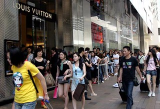 More young Chinese keen on luxury goods