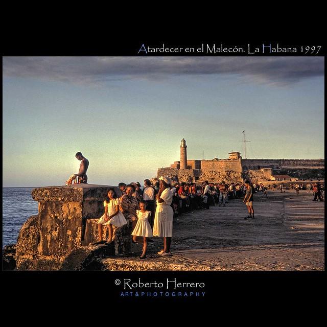 Atardecer en el Malecon. La Habana. 1997