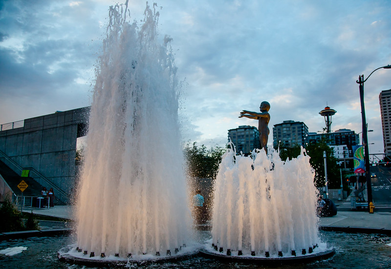 Water Fountain in Olympic Sculpture Park [EOS 5DMK2 | EF 24-105L@23mm | 1/400s | f/4.0 | ISO640]