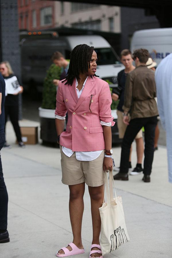 ピンクダブルブレストジャケット×ベージュショートパンツ×ピンクサンダル