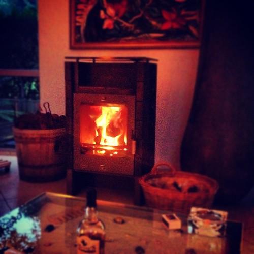 On est le 1er septembre, nous faisons un feu, nous sommes en Alsace. Normal. #feu #fire #alsace #flammes #froid #cold #cheminee #summer2012 #ohwait #froid #weather