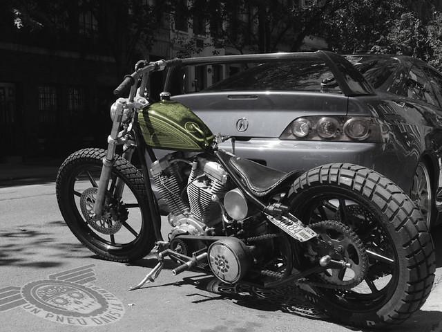 Un superbe custom rigide, sur base de Harley-Davidson Big Twin Evo, immortalisé dans une rue new-yorkaise.