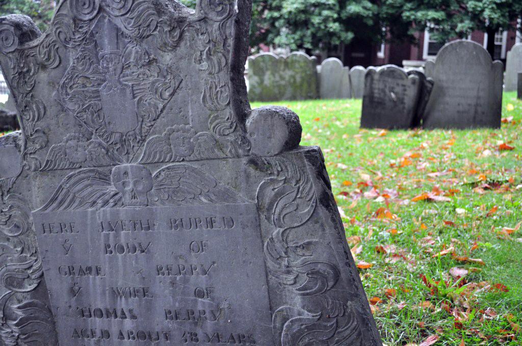 Después de la Capilla del Rey (King's Chapel's), éste es el segundo lugar de enterramiento más antiguo de Boston. Muchos de los primeros colonos están enterrados aquí, así como muchos esclavos y libertadores. Robert Newman, el sacristán que ayudó a Paul Revere y que murió ahorcado en la torre de la Old North Church torre, también está enterrado aquí.