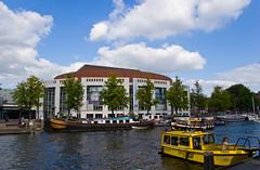 L'Opera House le long de la rivière Amstel