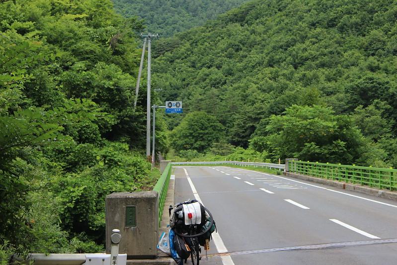 山道を進み
