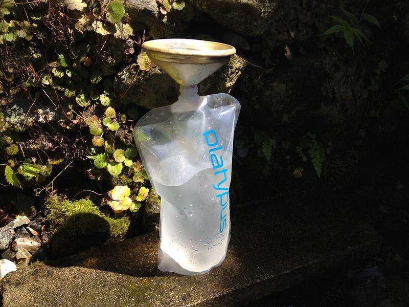 清水の湧口で水汲み