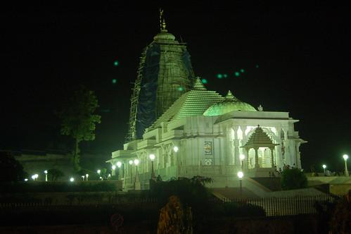 Der Laxshman Narayan Tempel von Jaipur bei Nacht.