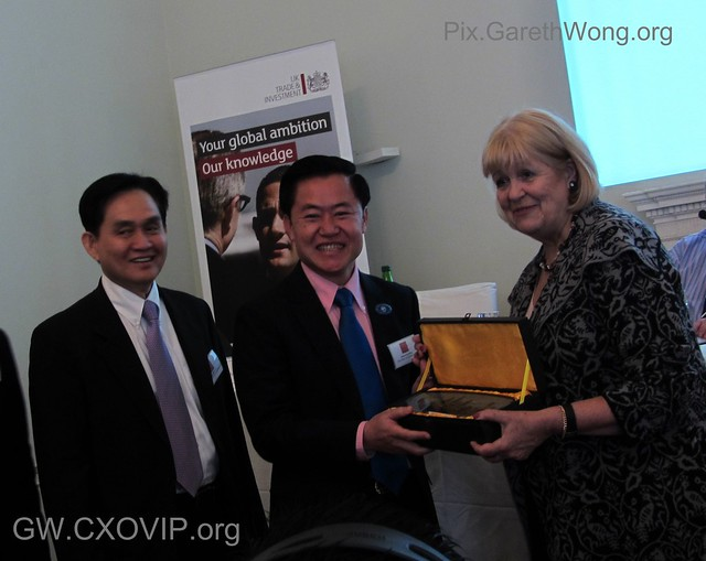 The Rt Hon Cheryl Gillan MP received token of thanks from Oknha Lim Heng of Cambodia Chamber of Commerce IMG_4376