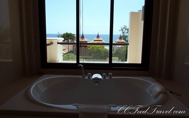 Seaview Jacuzzi Penthouse-3 Bedrooms master bedroom bathtub