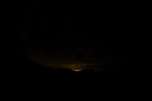 夜空に響く雷鳴
