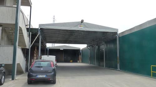 Collegamento tra due magazzini con copertura a tetto mobile