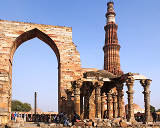 Hug the iron pillar at Qutab Minar backwards - Things to do in New Delhi