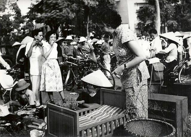 INDOCHINE . HANOI 1954 - MARCHE AUX PUCES (4)