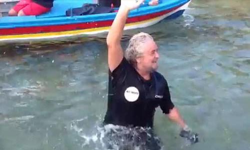 Grillo sbarca in Sicilia (a nuoto):