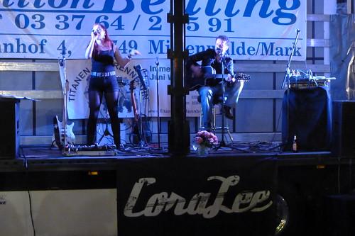 Cora Lee abends beim Konzert