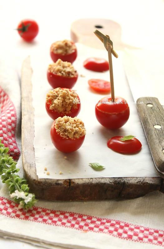 Crumble freddo di acciughe e mandorle nei pomodorini