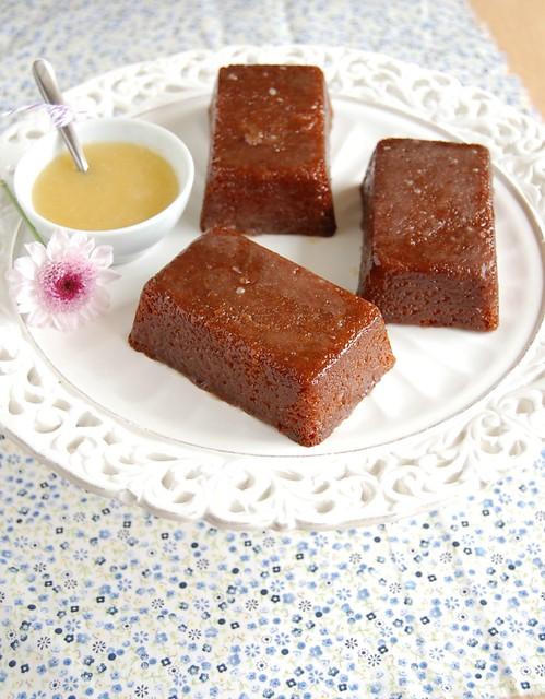 Toffee-glazed white chocolate mud cakes / Bolinhos de chocolate branco com calda de caramelo