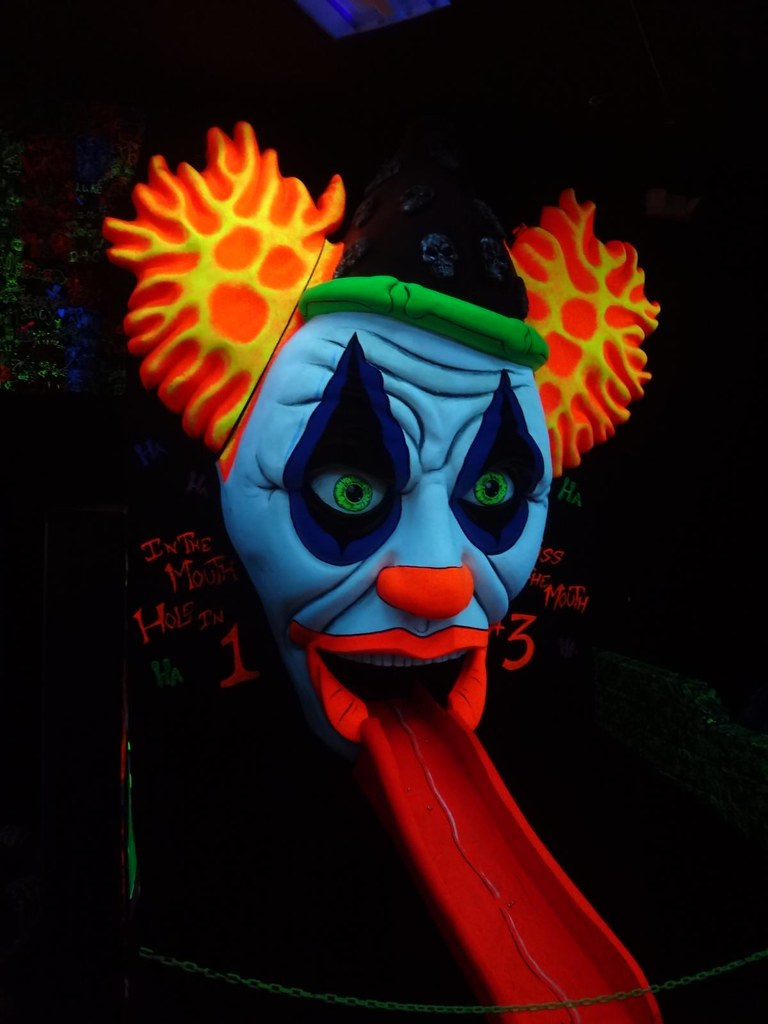 Monster Minigolf 18th hole creepy clown