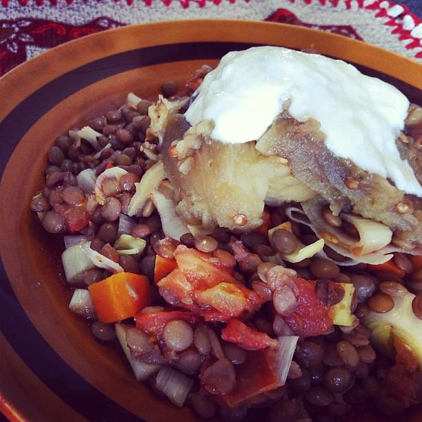 Lentilhas com legumes, beringela assada e molho de iogurte.