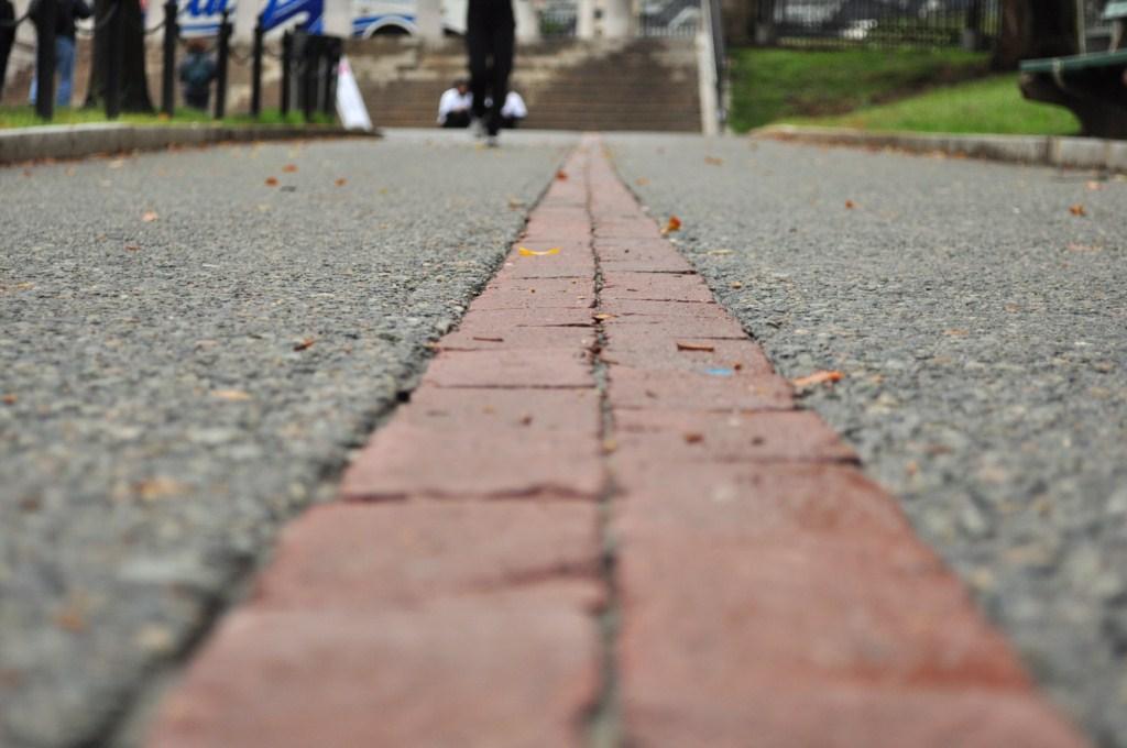 Linea de ladrillo rojo (en algunos tramos pintado) que te llevan durante 4 kilómetros de viaje por los lugares históricos que jugaron un papel importante en la independencia de los Estados Unidos