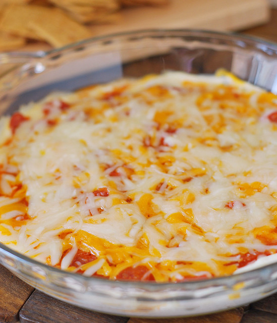 Layered Pizza Dip - layers of cream cheese, pizza sauce, pepperoni, and 2 kinds of cheese! Perfect for football season!