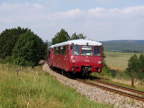 In der weitläufigen Gegend des nördlichen Streckenteils erreicht der Zug aus zwei LVT (Leichtverbrennungstriebwagen) gleich den Haltepunkt Bechstedt-Trippstein.