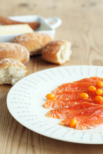 Õrnsoolatud forelli- või lõhefilee astelpajuga / Gravadlax with sea-buckthorn juice and berries
