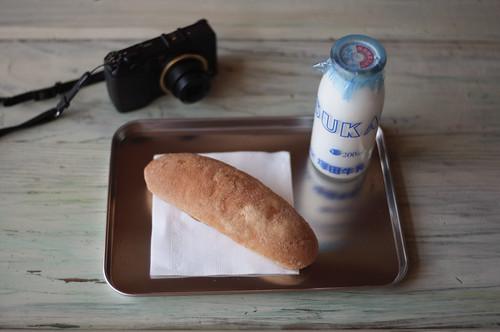 揚げパンと牛乳