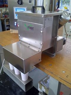 Dosatore volumetrico a 3 uscite per dosaggio granella in coppette su nastro trasportatore