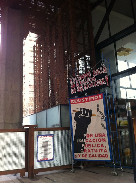 Exhibit of Resistimos banner and performative rereading of manifesto at GAM, Santiago de Chile