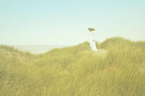 無料写真素材, 人物, 女性, 人物  草原, ワンピース・ドレス, 帽子