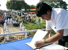 玻利維亞莫拉萊斯總統在特立尼達簽署江豚保護法案(照片由Reynaldo Zaconeta拍攝,總統辦公室提供)