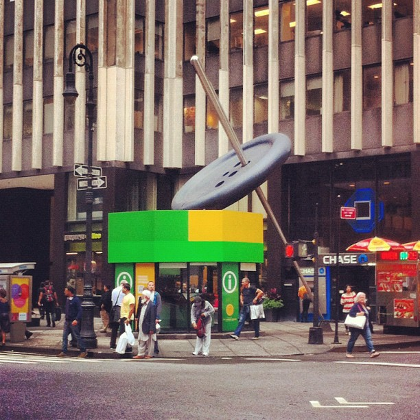 Никто не терял пуговицу с иголкой? Fashion district NYC