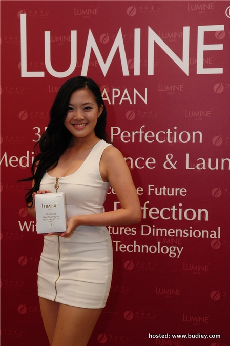 Model with Lumine 3D Skin Perfection Skincare Product (2)