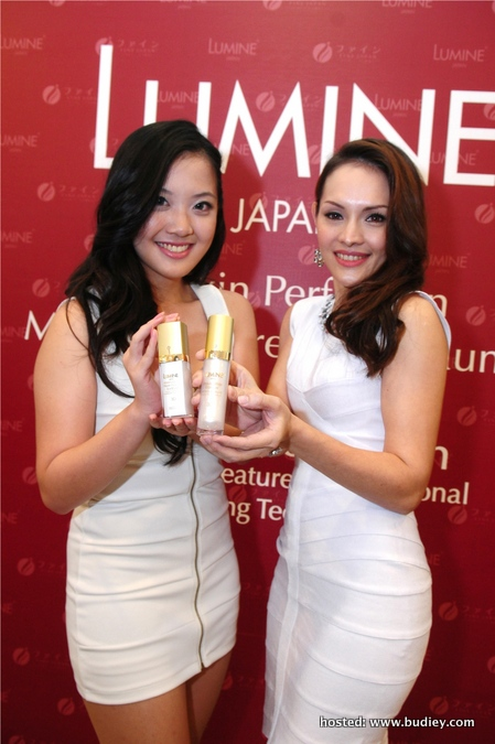 Model with Lumine 3D Skin Perfection Skincare Product (3)