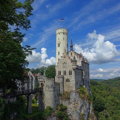 ##schloss #castle #instacastle #lichtenstein #schlosslichtenstein #kasteel #chateau #badenWuttemberg #Germany #instadaily #deutschland #skyfie #niceday #bluesky #sleepingbeauty #ig_deutschland #europe #charming #swabianalb #deutschland_greatshots