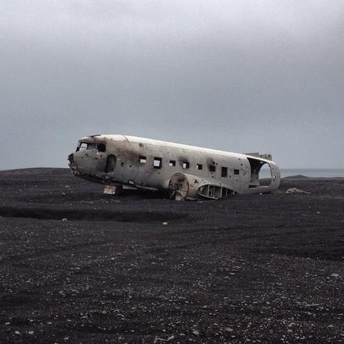 Se quedó sin combustible y tuvo que aterrizar aquí en 1973. Está cerquita de Vik  #iceland #islandia ##tripiniceland #planewreck
