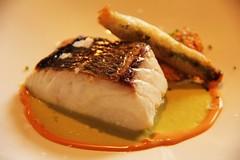 Dorada de anzuelo asada con emulsion ahumada de trigueros y las huevas del pescado estofadas