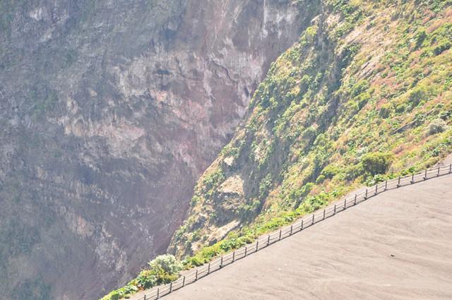 Las vistas al interior del volcán desde el punto más alto de Costa Rica son espectaculares .... mucho más que desde el borde del cráter. Volcán Irazú, a vista de los dos grandes océanos - 7950429952 444841bff0 z - Volcán Irazú, a vista de los dos grandes océanos
