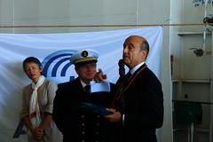 Alain Juppé remet la tape de Bouche au commandant - Escale inaugurale du roulier Ville de Bordeaux - Bordeaux - 05 octobre 2012